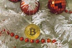 Bitcoin och jul, guld- bitcoin för nytt år Cryptocurrency bitcoin på en julgran arkivbild