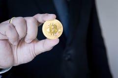 Bitcoin och men'sbakgrundsshow Begreppsmarknad i framtiden royaltyfri foto