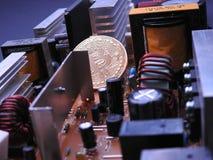 Bitcoin och mycket elektroniska delar och kylare Royaltyfri Foto