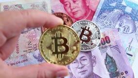 Bitcoin och sedeln av Asien grupperar, liksom Thailand, porslin, Vietnam och Malaysia Faktiskt pengarbegrepp arkivfilmer