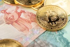 Bitcoin och Ukraina nationell valuta Bitcoins med Ukraina pengarhryvnya arkivfoton
