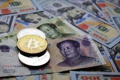 Bitcoin, ondulaci?n, monedas de Ethereum en billetes de banco del chino Yuan y del d?lar americano imagen de archivo