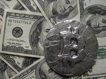 Bitcoin op dollarbankbiljetten Het echte muntstuk is op honderd dollarsrekeningen als symbool van hete prijs of wisselkoers Royalty-vrije Stock Afbeeldingen