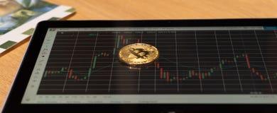 Bitcoin op een prijsgrafiek royalty-vrije stock afbeeldingen