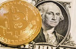 Bitcoin op het één dollarbankbiljet stock fotografie