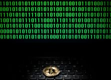 Bitcoin op laptop met het scherm van binaire code Royalty-vrije Stock Foto's