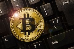 Bitcoin op toetsenbord Fysiek beetjemuntstuk Digitale munt Cryptocurrency Gouden muntstuk met Bitcoin-symbool Stock Foto