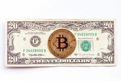 Bitcoin på bakgrunden av räkningen för dollar tjugo Cryptocurrency vs traditionell ekonomi arkivfoto