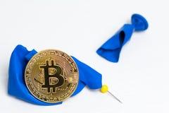 Bitcoin på blå bristande boll Begrepp - krasch av bitcoin arkivbilder