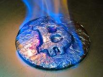 Bitcoin på brand Det verkliga myntet bränner med den blåa flamman som symbol av det varma priset eller den kritiska nedgången arkivfoto