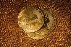 Bitcoin p? en guld- bakgrund royaltyfri foto