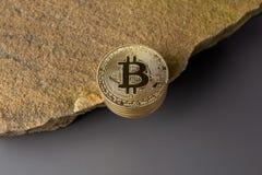 Bitcoin på kanten av klippan royaltyfri bild