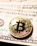 Bitcoin på omoderna dollarräkningar royaltyfria bilder