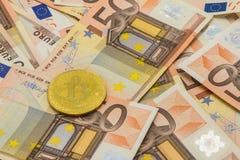 bitcoin på pengar 50 euroräkningar äganderätt för home tangent för affärsidé som guld- ner skyen till Royaltyfri Bild
