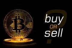 Bitcoin på svart bakgrund med textKÖPET ELLER FÖRSÄLJNING Royaltyfri Fotografi