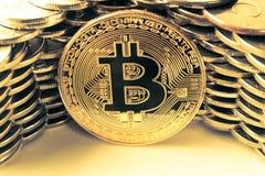 Bitcoin p? bakgrunden av v?ggen av mynt Begrepp f?r valuta f?r ekonomitrender faktiskt digitalt arkivfoton