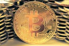 Bitcoin p? bakgrunden av v?ggen av mynt Begrepp f?r valuta f?r ekonomitrender faktiskt digitalt royaltyfri fotografi