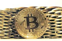 Bitcoin p? bakgrunden av v?ggen av mynt Begrepp f?r valuta f?r ekonomitrender faktiskt digitalt fotografering för bildbyråer