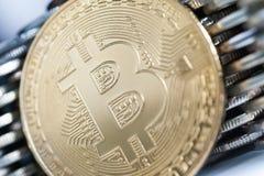 Bitcoin p? bakgrunden av v?ggen av mynt Begrepp f?r valuta f?r ekonomitrender faktiskt digitalt arkivbild