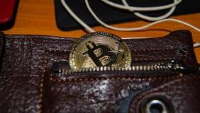 Bitcoin phisical versie van virtuele munt half in de zak van portefeuille royalty-vrije stock foto