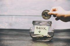 Bitcoin physique de pièce d'or de cryptocurrency La rivière des enfants abaisse une pièce de monnaie où il y a une banque des ins photos stock