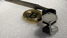 Bitcoin pincety i magnifier Zdjęcia Royalty Free