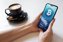 Bitcoin plånbokmanöverenhet på smartphoneskärmen Teknologi för Cryptocurrency betalningblockchain baserade digitalt pengarbegrepp royaltyfria foton
