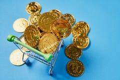 Or Bitcoin placé dans un petit caddie Des concepts de devise de Digital peuvent être employés pour faire les achats en ligne Images stock