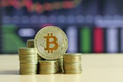 Bitcoin a placé sur la pièce d'or de pile du concept développé financier et photographie stock