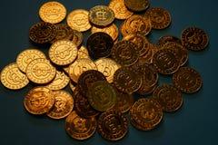 Or Bitcoin placé sur le fond Des concepts de devise de Digital peuvent être employés pour faire les achats en ligne Image libre de droits