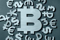 Bitcoin, porównanie z pieniądze świat obraz stock