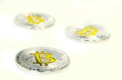 Bitcoin prägt das Legen auf weißen Hintergrund in der Perspektive stockfotos