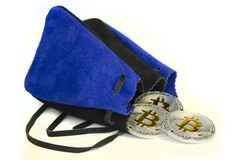 Bitcoin prägt das Legen auf weißen Hintergrund mit Lederbeutel stockbilder