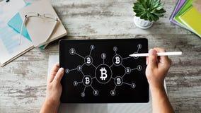 Bitcoin przyrosta rakiety ikona na ekranie cryptocurrency i blockchain poj?cie zdjęcie stock