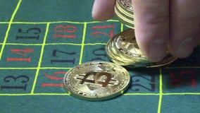 Bitcoin que apuesta en ruleta del casino almacen de metraje de vídeo