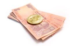 Bitcoin que asume el control moneda india Imágenes de archivo libres de regalías