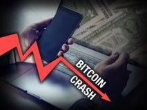 Bitcoin que persigue al hombre de negocios en desplome del precio del cryptocurrency imagenes de archivo