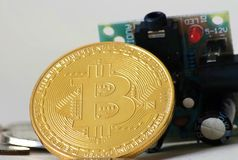 Bitcoin que se inclina en placa de circuito Fotografía de archivo