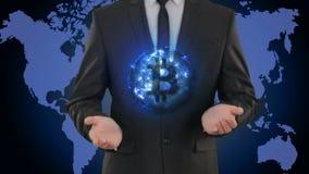 Bitcoin rozjarzona energia w ręka biznesmenie pojęcie Finansowe waluty zdjęcie wideo