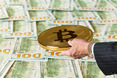 Bitcoin s'est tenu plus de 100 factures ou notes des USA du dollar Images stock