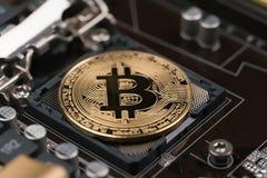 Bitcoin si trova sull'incavo dell'unità di elaborazione Immagine Stock Libera da Diritti