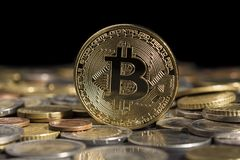 Bitcoin sobre as outras moedas Foco seletivo Fotografia de Stock Royalty Free