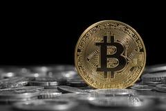 Bitcoin sobre as outras moedas Foco seletivo Fotos de Stock