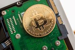 Bitcoin sobre la unidad de disco duro rápida del ordenador Foto de archivo
