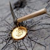 Bitcoin som bryter begrepp med spetshackan Royaltyfria Bilder