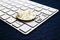 Bitcoin som bryter tangentbordbegrepp Arkivfoton