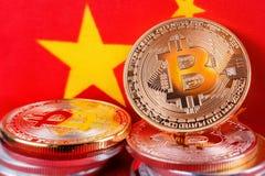 Bitcoin sopra il tessuto della bandiera del cinese Fotografia Stock Libera da Diritti