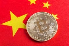 Bitcoin sopra il tessuto della bandiera del cinese Immagini Stock Libere da Diritti
