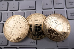 Bitcoin souvenirmynt på tangentbordet Royaltyfri Foto