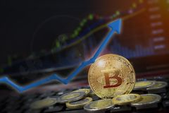 Bitcoin strzała up dla wzrastającej wartości i pieniężnego poprawy pojęcia Zyski i sukces w crypto bitcoin inwestycjach kosmos ko fotografia stock
